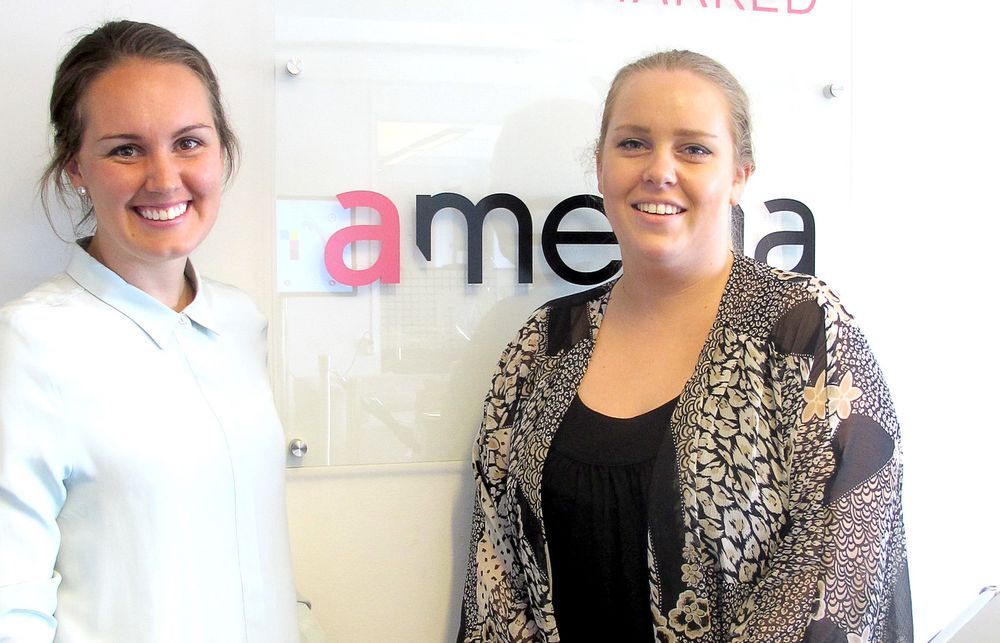 Marthe Ødegaard (29) og Julianne Skyberg (23) på plass i Amedia Marked.