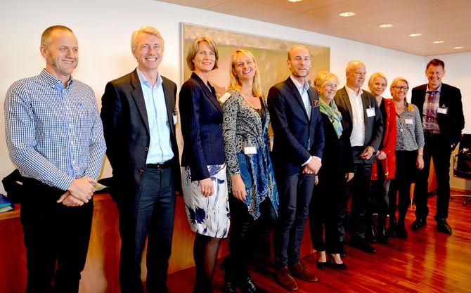 Fra venstre: Lars Petter Øyen, underdirektør i Kulturdepartementet (som skal være en av to i sekretariatet), Olav T. Sandnes, adm.dir. i TV2, Ellen Altenborg, siviløkonom, konsulent og dr. oecon, Randi Øgrey, administrerende direktør i Mediebedriftenes Landsforening, leder for utvalget: Knut Olav Åmås, direktør for stiftelsen Fritt Ord, kulturminister Thorhild Widvey, Thor Gjermund Eriksen, kringkastingssjef i NRK, Hildegunn Soldal, teknologi- og utviklingsdirektør i Dagbladet, Hilde Eika Nesje, redaktør i Bø Blad - og Gunnar Stavrum, ansvarlig redaktør i Nettavisen. Ivar Rusdal, styreleder i Nordsjø Media, og Hallvard Moe, professor i medievitenskap ved UIB, var ikke til stede på pressekonferansen.(Arkivfoto / foto: Wenche Nybo/Kulturdepartementet)