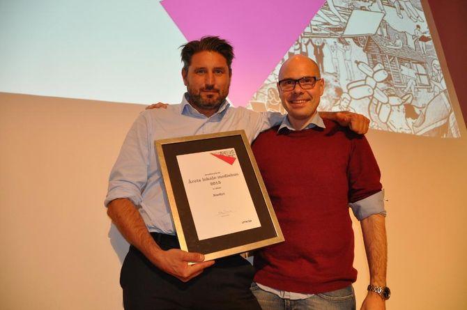 MOTTOK BEVISET: Nordlys-direktør Ronni Møller Pettersen og sjefredaktør Anders Opdahl med beviset på at Nordlys nok en gang er årets mediehus i Amedia.