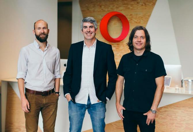 Fra venstre: Kreativ leder Arnfinn Hushovd i Opera, Markedsdirektør Sean D'arcy i Opera og kreativ direktør Kjetil Wold fra Anti.