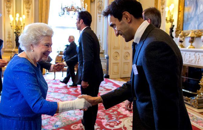 Ahmed møter den britiske dronningen i fjor.