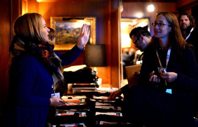 Marianne Tønset hjelper journalister i konferanseinnsjekken.