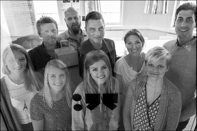 PR-operatørene er blitt flere:Her byråsjef Thorendahl (i midten) sammen med de nye medlemmene på laget.