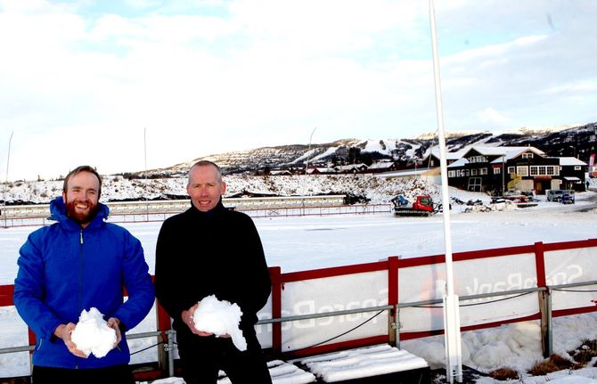 Daniel Gjersing Nergård og Geir Nilsen på Beitostølen. Det er akkurat nok snø til sesongåpning for langrennsløperne fredag. (Foto: Erik Borg)