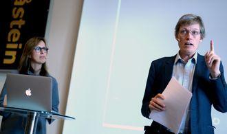 PEKEFINGER FRA BARLAND? Jens Barland og Ragnhild K. Olsen presenterte for en måneds tid siden en pilotstudie om innholdsmarkedsføring. Nå har Barland fått støtte til en akademisk antologi om temaet.