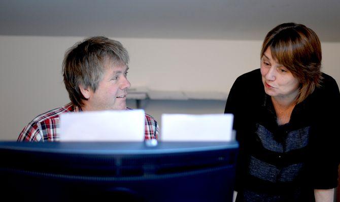 Preben Forberg står for stillingsannonser og annen administrasjon på Forskning.no. Her med redaktør Nina Kristiansen.
