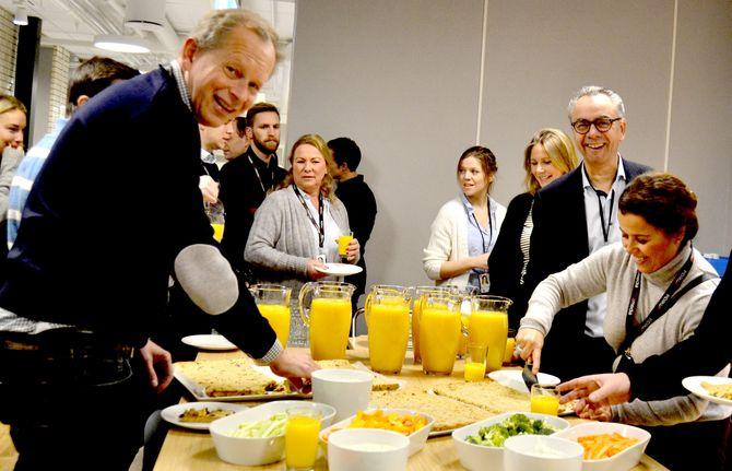 FROKOST: Mandagen startet med frokost for alle ansatte i kantina.