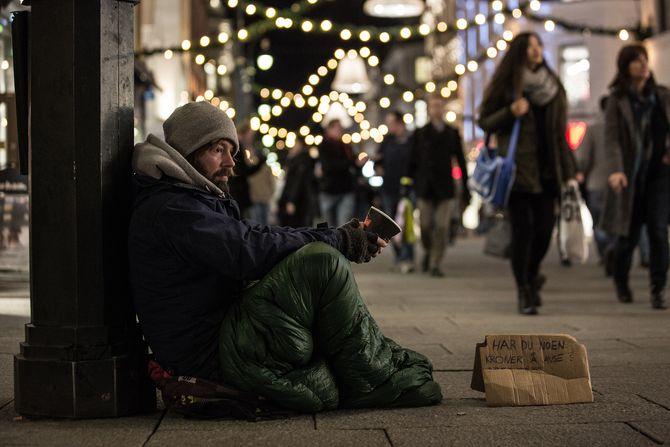 Petter Nyquist som uteligger på gata - på jakt etter småpenger til dagens kost.(Foto: TV 2)
