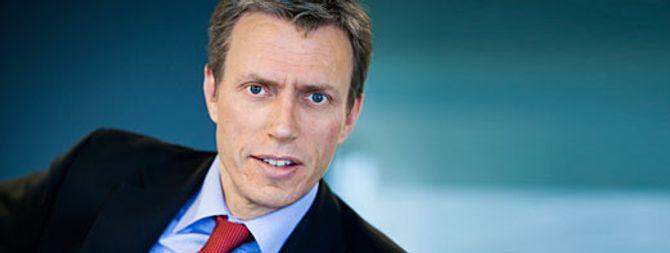 MANN I DRESS er kanskje det typiske pressebildet. Også fra mediebransjens egne representanter: Her Schibsteds konsernsjef Rolv Erik Ryssdal.