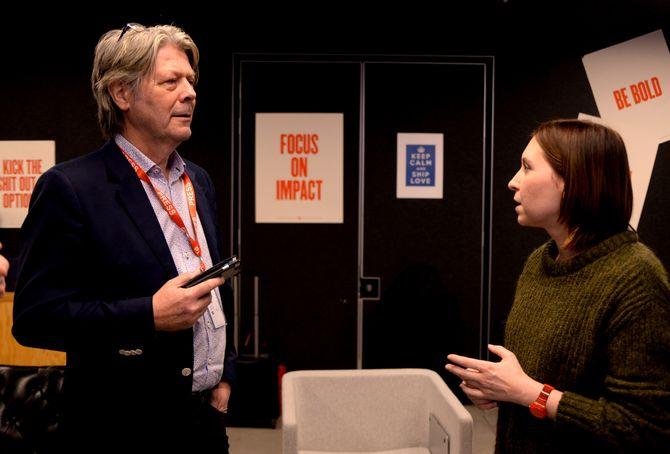 FIKK SVAR: Nettavisen ved nyhetsredaktør Erik Stephansen var den andre norske deltakeren på Facebooks nordiske «media tour» i desember. Han beskriver turen, informasjonen og diskusjonene som nyttige. Her i samtale med Julie de Bailliencourt, Safety and Policy Manager.