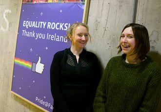 SIOBHAN CUMMISKEY og JULIE DE BAILLENCOURT, to av de 1200 som jobber ved Facebooks internasjonale hovedkontor i Dublin. Facebook legger vekt på å motarbeide diskriminering - her ved en plakat som feirer Irlands ja til homofilt ekteskap nylig.