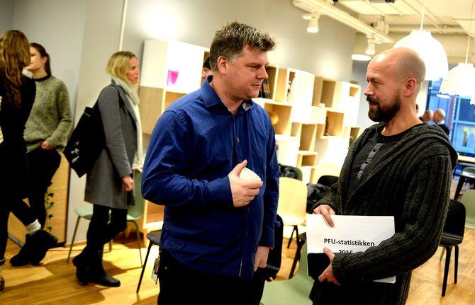 RICHARD AUNE, leder i NRKs journalistlag (til venstre) - i samtale med etikkredaktør Per Arne Kalbakk. Her under framleggelse av PFU-statistikken for 2015. Siden den gang har NRK vært felt bare én gang.