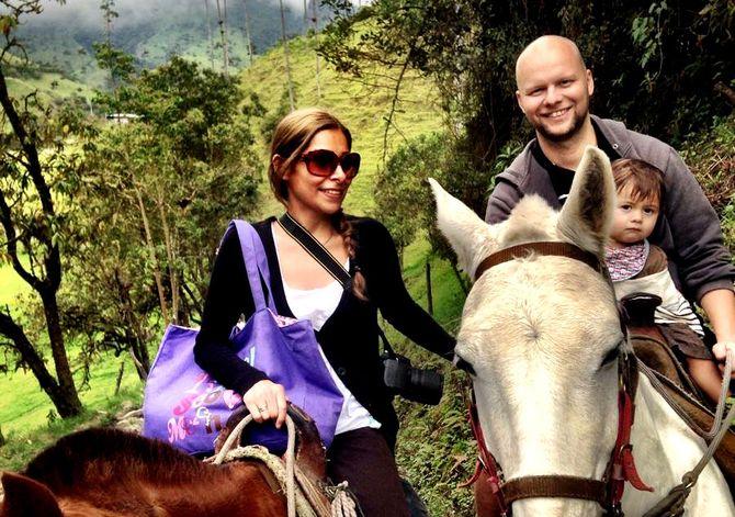 ESPEN BLESS STENBERG med kona Linda og deres tre år gamle sønn. Her på en hestetur i Colombia på en tidligere ferietur, til det som er Lindas opprinnelige hjemland. (Foto: Privat)