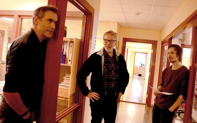 Redaktør Tormodsgard (i midten) i samtale med utgavesjef Olav Johannes Bøthun (t.v.) og fotograf Sindre Thoresen Lønnes.