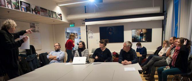 Årets bilde-juryeringen foregikk også i år hos Høgskolen i Oslo og Akershus. Høgskolelektor Per Anders Rosenkvist til venstre ønsker velkommen. (Foto: Charlotte Nexmark)