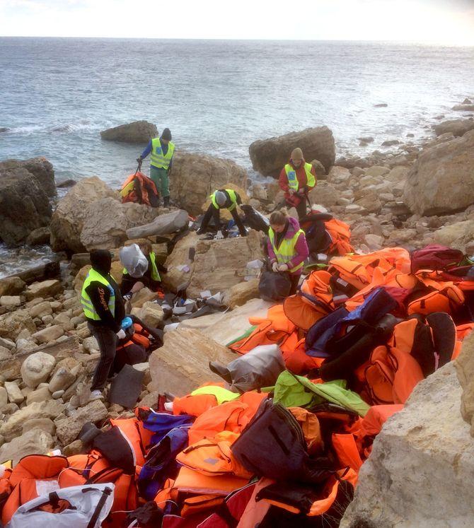 OPPRYDDING: Søndag formiddag var det ingen båter å ta i mot - og tid til å rydde stranda for falske flytevester.