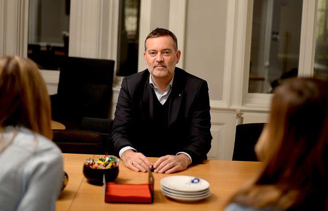 JAN ERIK LARSEN var med på etableringen av First House, har jobbet for Jens Stoltenberg i to runder - og har en lang aviskarriere bak seg. Nå er han i gang igjen, men denne gang i mindre skala.