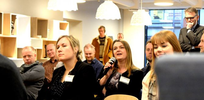HEGE IREN FRANTZEN, nestleder i NJ (i midten, med mikrofon).