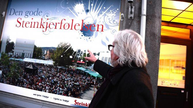 - Sånn ser det ut når Steinkjer-Avisa arrangerer konsert på torget, forklarer Odd Birger. Og det vil si at avisas redaksjon selv står på scena - med all sin musikalske kompetanse.