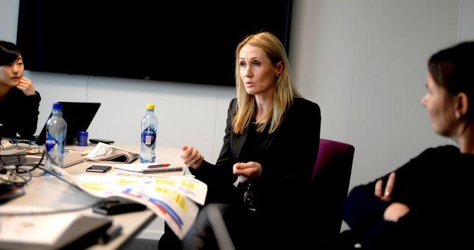 Nyhetsredaktør Kirsti Husby besøker oppdrag-redaksjonen.