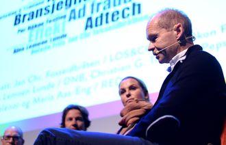 PER HÅKON FASTING (t.h.), annonsedirektør i Schibsted. Til venstre for ham: MARIA AAS-ENG, adm. direktør i Red Media. Bildet er fra Den store annonsørdagen i oktober 2015.