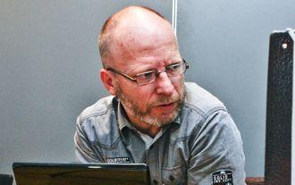 GEIR SELVIK MALTHE-SØRENSSEN - her fotografert i forbindelse med hans bok om Treholt-saken fra noen år tilbake.
