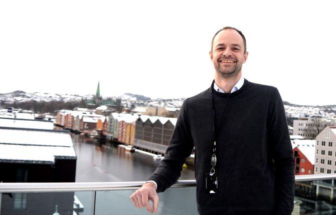 Adressa-redaktøren på toppen av nybygget i sentrum.