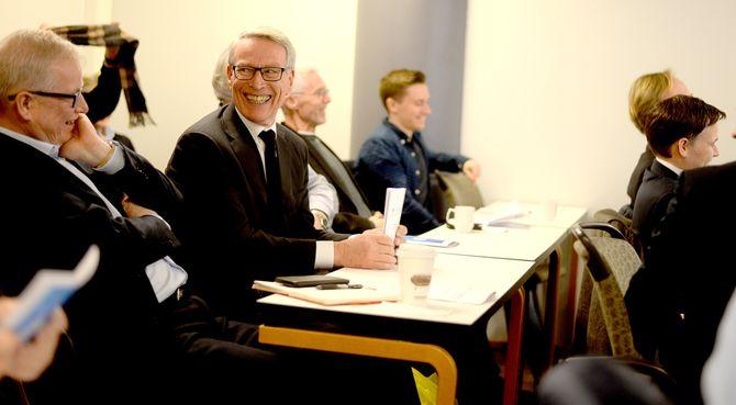 SKRYT FRA MUST: Erik Must eier rundt 15 prosent av Polaris Media, og tok også denne gang initativ til applaus. Til venstre: Polaris-styreleder Bernt Olufsen.