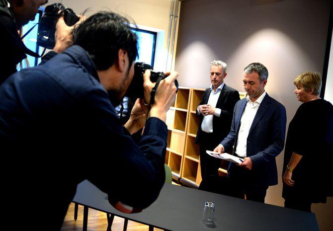 KJØPER OG SELGER: Sparebankstiftelsen DNB ved direktør André Støylen (i midten) etablerer en ny stiftelse som kjøper Amedia. En av selgerne er LO-sjef Gerd Kristiansen (t.h.). Til venstre: En glad konsernsjef Are Stokstad. (Foto: Gard L. Michalsen)