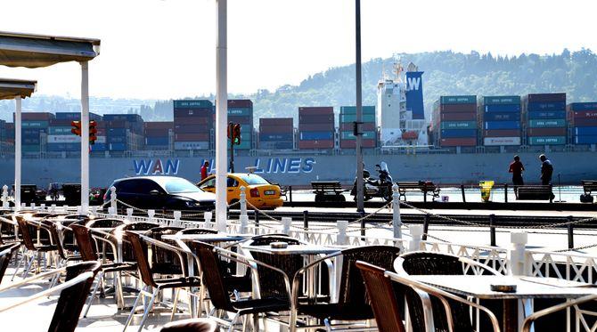 Fra min stamkafé i Istanbul passerte containerskipene så nærme at jeg nesten fikk dem oppi kaffen. (Foto: Fredrik Drevon)