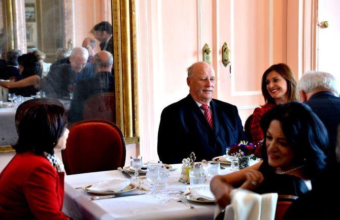 Kong Harald klar for lunsj i en luksusvilla på Asia-siden av Istanbul, november 2013. Et samlet norsk pressekorps ventet utenfor, men ingen spurte kongen om hva han mener om fengsling av journalister. (Foto: Fredrik Drevon)