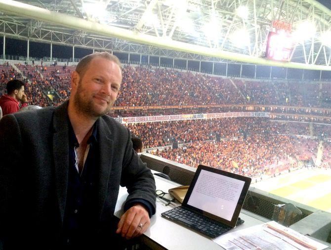 For å forstå Tyrkia, må man gå på fotballkamp. Fredrik Drevon på pressetribunen, Türk Telekom Arena. (Foto: Privat)