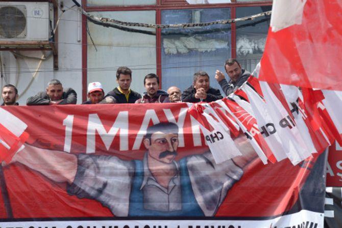 Tyrkere følger demonstrasjonen fra avstand. (Foto: Fredrik Drevon)
