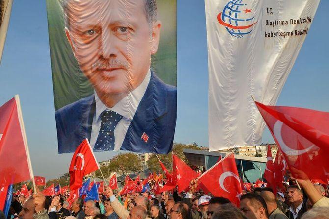 På velregisserte folkemøter fremstiller Erdogan seg selv som Tyrkias nye landsfader. (Foto: Fredrik Drevon)