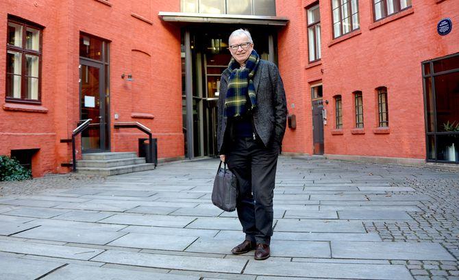 Bernt Olufsen går nå utdøra fra Schibsteds konsernlokaler i Apotekergata for siste gang som ansatt.
