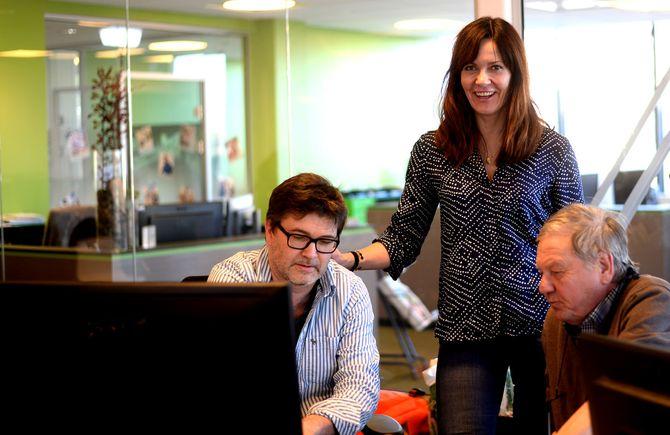 PÅ DESKEN: Sjefredaktør Kristin Monstad på desken, hvor Thore Alnæs (t.v.) og Børre Ivar Lie lager neste dags avis. (Foto: Gard L. Michalsen)
