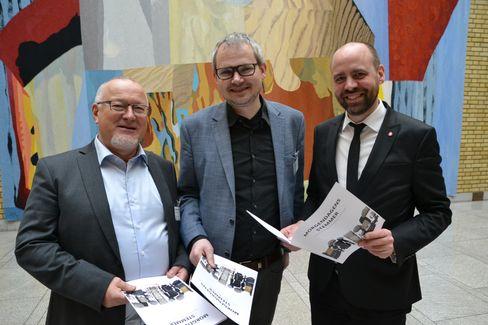 LLAs Rune Hetland (t.v.) og Roar V. Osmundsen i samtale med stortingsrepresentant Arild Grande om økt minstetilskudd for avisene. LLA varsler hardt arbeid for støtte til forslaget framover.