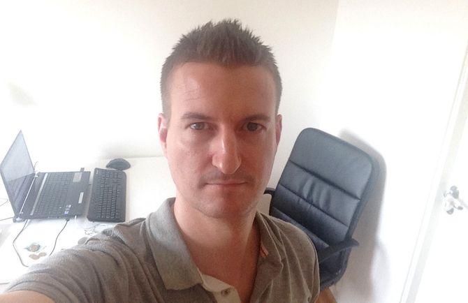 HJEMMEKONTO: Kent Øksnes på jobb på hjemmekontoret fredag formiddag.