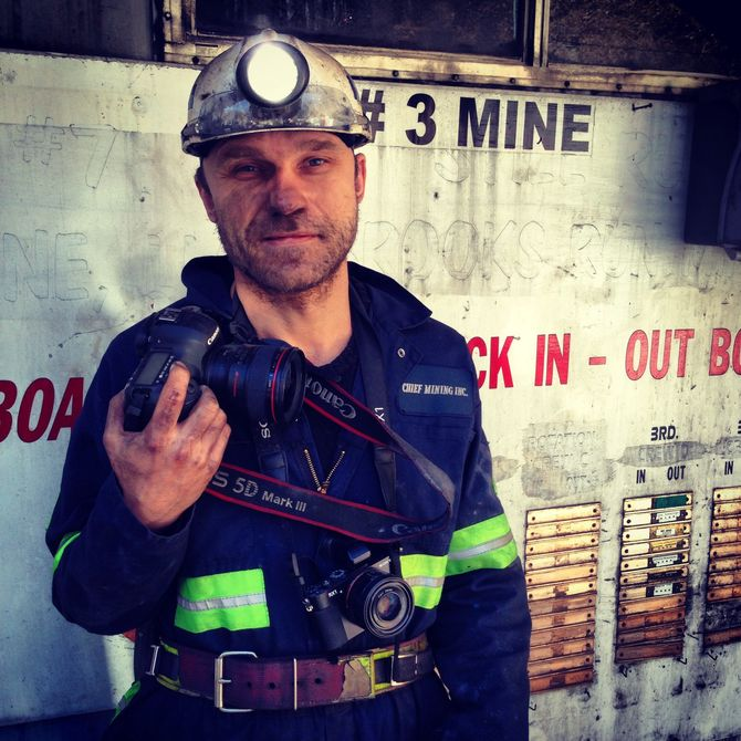 ESPEN RASMUSSEN - Årets fotojournalist, Årets bilde og to førsteplasser til. Her på jobb, som han ofte er. (Foto: Roy Freddy Andersen)