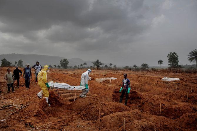 00619 2. Nyhet reportasje 20.01.2015 03/08 Ebola Nok et menneske gravlegges på gravplassen utenfor Freetown i Sierra Leone. På grunn av alle dødsfallene, har byens mer sentrale gravplass blitt fylt opp og myndighetene måtte utvide gravplassen utenfor byen kraftig for å få plass til nye ofre. Hjelpearbeidere har kjempet mot ebolaviruset siden utbruddet av det i mai 2014. Mer enn 100 helsearbeidere og 11 av Sierra Leones rundt 120 leger har omkommet. Totalt er mer enn 3.500 mennesker døde av ebola i landet i januar 2015. I løpet av året klarte man å bekjempe virsuset ved blant annet å isolere smittede landsbyer, drive helsekampanjer, stenge grenseoverganger og i siste liten kom det internasjonale samfunnet på banen med både helsehjelp og økonomisk støtte.