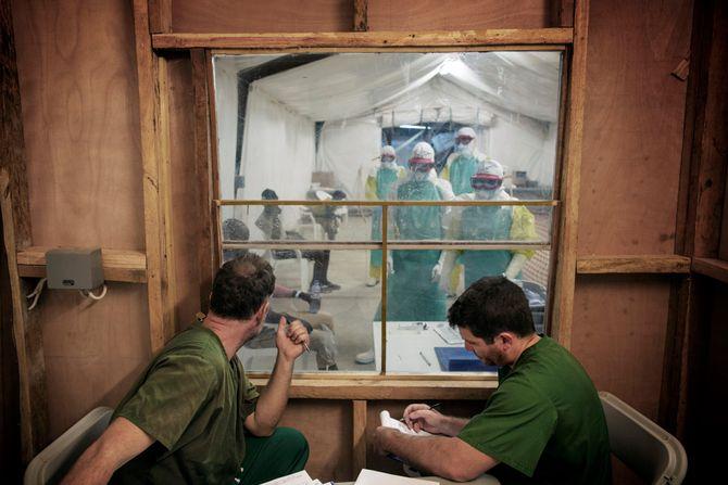 00619 2. Nyhet reportasje 16.01.2015 05/08 Ebola Et behandlingssenter for pasienter med ebola i Moyamba, Sierra Leone. Til venstre sitter legen Håkon Bolkan fra Norge og Mathias fra Argentina og intervjuer nylig ankomne pasienter som de mistenker har ebolaviruset.  Hjelpearbeidere har kjempet mot ebolaviruset siden utbruddet av det i mai 2014. Mer enn 100 helsearbeidere og 11 av Sierra Leones rundt 120 leger har omkommet. Totalt er mer enn 3.500 mennesker døde av ebola i landet i januar 2015. I løpet av året klarte man å bekjempe virsuset ved blant annet å isolere smittede landsbyer, drive helsekampanjer, stenge grenseoverganger og i siste liten kom det internasjonale samfunnet på banen med både helsehjelp og økonomisk støtte.