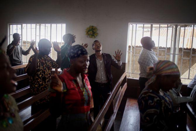 00619 2. Nyhet reportasje 25.01.2015 07/08 Ebola Gudstjeneste i en liten kirke i Freetown, Sierra Leone. Myndighetene i landet innførte en rekke restriksjoner for å bekjempe ebolaviruset, som å stenge markedene tidligere og stenge alle skoler for å unngå smitte. Men forsamlinger i kirkene fortsetter som før.  Hjelpearbeidere har kjempet mot ebolaviruset siden utbruddet av det i mai 2014. Mer enn 100 helsearbeidere og 11 av Sierra Leones rundt 120 leger har omkommet. Totalt er mer enn 3.500 mennesker døde av ebola i landet i januar 2015. I løpet av året klarte man å bekjempe virsuset ved blant annet å isolere smittede landsbyer, drive helsekampanjer, stenge grenseoverganger og i siste liten kom det internasjonale samfunnet på banen med både helsehjelp og økonomisk støtte.