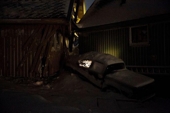 10934 1 20.12.2015 NŒr sn¿en tar liv Lyset virker fortsatt i bilen som ble klemt sammen mellom to hus da raset gikk i Longyearbyen. To personer omkom og over ti hus totalskadet i det voldsomme sn¿raset som rammet samfunnet pŒ Svalbard.