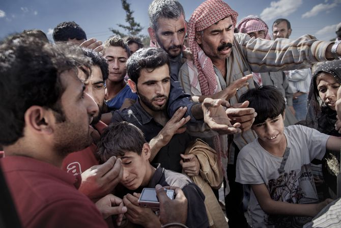 00619 08. Dokumentar utland 20.06.2015 01/10 Flukten til Europa Syriske flyktninger venter rundt en varebil hvor frivillige deler ut vann og såpe i Akcakale, Tyrkia, på grensen mellom Tyrkia og Syria. Titusener krysset grensen mellom de to landene i 2015 for å komme unna krigen som herjer i Syria. Over en million flyktninger har kommet til Europa i 2015 via sjøveien, en stor andel av dem syrere som rømmer fra den brutale borgerkrigen i deres hjemland. De aller fleste av dem har fulgt ruten gjennom Tyrkia, Hellas, Balkan til nord-Europa. Tusener har omkommet i overfylte båter på Middelhavet, desperate flyktninger har levd i overfylte leire, europeiske myndigheter har stått overfor den største flyktningkrisen på kontinentet siden 2. verdenskrig. Krisen har skapt splittelse i EU, grensegjerder har blitt bygget, men mest av alt har den bragt de globale utfordringene inn på vår dørstokk. Jeg fulgte i flyktningene fotspor, fra grensen mellom Syria og Tyrkia, til Hellas, Makedonia, Serbia, Kroatia, Slovenia til Tyskland.