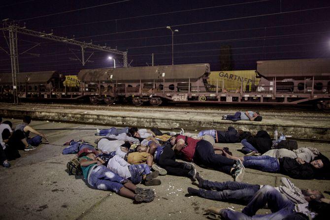 00619 08. Dokumentar utland 05.08.2015 08/10 Flukten til Europa På plattformen på jernbanestasjonen i byen Gevgelija i Makedonia ligger hundrevis av flyktninger og sover mens de venter på at toget som skal ta dem gjennom landet skal ankomme. Reisen til Serbia tar bare noen få timer. Over en million flyktninger har kommet til Europa i 2015 via sjøveien, en stor andel av dem syrere som rømmer fra den brutale borgerkrigen i deres hjemland. De aller fleste av dem har fulgt ruten gjennom Tyrkia, Hellas, Balkan til nord-Europa. Tusener har omkommet i overfylte båter på Middelhavet, desperate flyktninger har levd i overfylte leire, europeiske myndigheter har stått overfor den største flyktningkrisen på kontinentet siden 2. verdenskrig. Krisen har skapt splittelse i EU, grensegjerder har blitt bygget, men mest av alt har den bragt de globale utfordringene inn på vår dørstokk. Jeg fulgte i flyktningene fotspor, fra grensen mellom Syria og Tyrkia, til Hellas, Makedonia, Serbia, Kroatia, Slovenia til Tyskland.