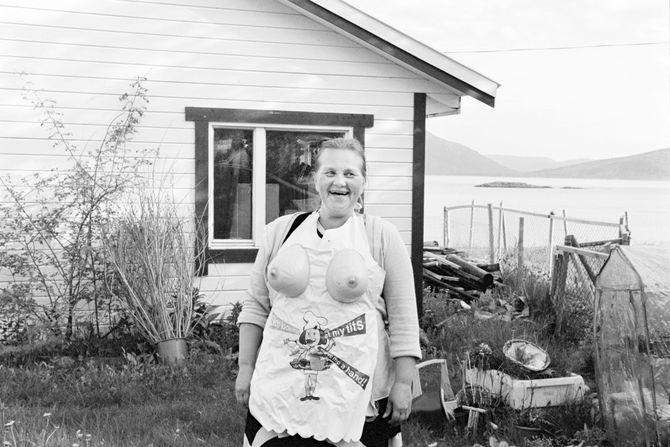 00596  09? 23.06.15  Tuss¿y? Tuss¿y ligger pŒ yttersida av Troms, og har en hŒndfull fastboende. Det er stor uenighet om hvor mange innbyggere det er pŒ ¿ya, og antallet varierer etter hvem av innbyggerne du sp¿r. Noen mener det er fem innbyggere, noen sier det er sju og andre igjen hevder de er ni. PŒ femtitallet var folketallet oppe i seksti, men gradvis har folk flyttet n¾rmere skole, jobb og en mer praktisk hverdag. Dette er en dokumentar om de som har valgt Œ bo pŒ Tuss¿ya.   Bildene er fotografert i 2014 og 2015.  Nell Olsen.