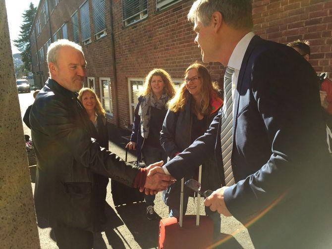 Skolekonsulent Sigurd Sæthre og lærere fra Bryne videregående skole blir høytidelig tatt imot av avdelingsleder på Medier og kommunikasjon på Lillestrøm, Dagfinn Tvedt.