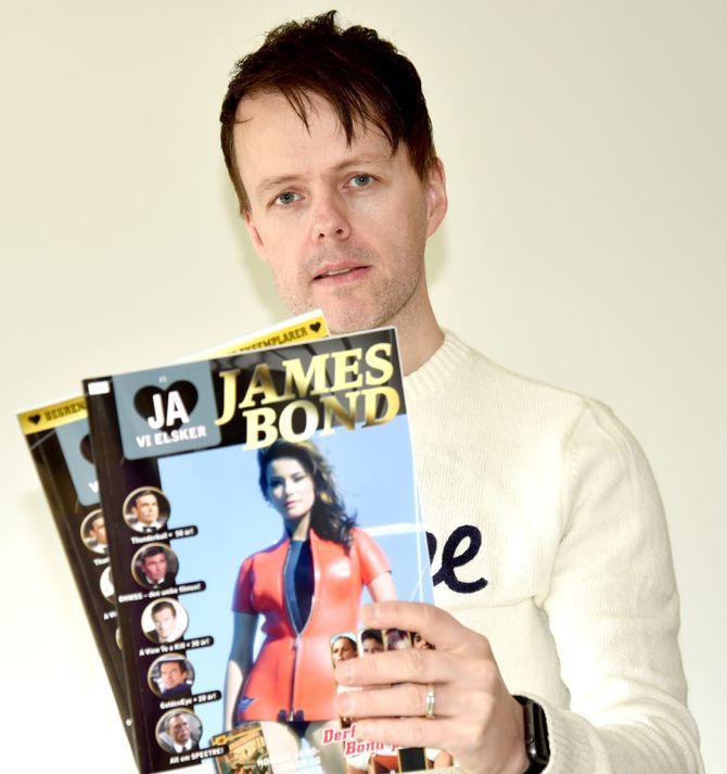 JOHN BERGE og det nye Ja, vi elsker-magasinet. (Foto: Tina Berge)