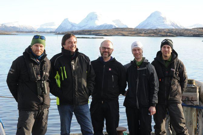 """Et lokalt team drifter ørnestrømmen og hegrestrømmen på Smøla. Fra venstre står ørneekspert og biolog Espen Lie Dahl, Svein Junge er prosjektleder lokalt, Stein Pettersen er videofotograf og """"teknisk sjef"""", Joachim Lassen Borøchstein er """"poteten"""" som fikser det meste og Audun Lie Dahl er naturfotograf. Han driver Smøla Naturopplevelser sammen med broren Espen."""