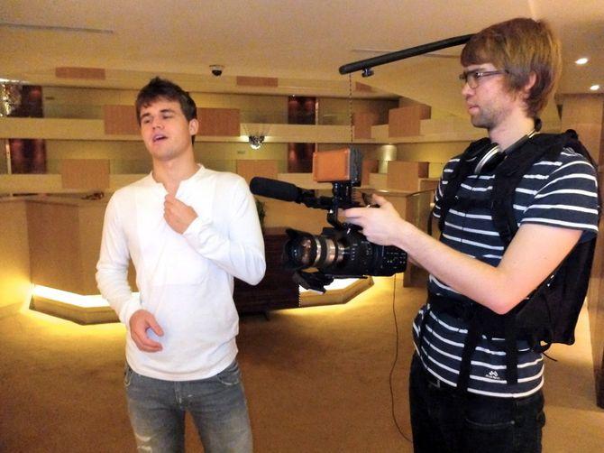 FULGTE STJERNEN: Benjamin Ree (t.h) sammen med Magnus Carlsen under innspillingen av filmen. (Foto: Ole Kristian Strøm, VG)